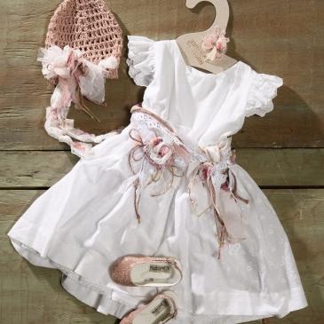 #christeninggirl #flowergirldress #guipure Ένα τρυφερό βαφτιστικό σύνολο για κορίτσι με φανταχτερή ζώνη που περιλαμβάνει: Φόρεμα (φόδρα από 100% βαμβάκι) από βαμβακερή δαντέλα με ζωνάκι από φλοράλ κορδέλες, δαντέλα και υφασμάτινα λουλούδια Καπελάκι πλεγμένο στο χέρι με βελονάκι Μπαλαρίνες σε αστραφτερό ροζ Για απόλυτα προσεγμένες εμφανίσεις! Τιμή: 180 Ε + 60 Ε μπαλαρίνες Διαθέσιμο σε όλα τα νούμερα κατόπιν παραγγελίας.Διαθέσιμο σε όλα τα νούμερα κατόπιν παραγγελίας. Εαν επιθυμείτε κάτι ακόμα πιο ιδιαίτερο επικοινωνήστε μαζί μας και θα χαρούμε να το δημιουργήσουμε αποκλειστικά για εσάς.