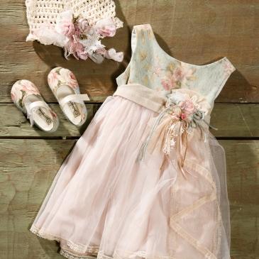 #floralbabydress #girloutfit #christening Ένα λεπτεπίλετπο βαφτιστικό σύνολο για κορίτσι με συνδυασμό αολι φλοράλ και τούλι που περιλαμβάνει: Φόρεμα (φόδρα από 100% βαμβάκι) με φλοραλ μπούστο καλλυμένο με πουά τούλι με ζωνάκι από υφασμάτινα λουλούδια και φούστα από μουσελίνα και τούλι Καπελάκι πλεγμένο στο χέρι με βελονάκι Μπαλαρίνες σε ασορτί ύφασμα Για τις πιο ονειροπόλες μικρές γόησσες! Τιμή: 180 Ε + 60 Ε μπαλαρίνες Διαθέσιμο σε όλα τα νούμερα κατόπιν παραγγελίας. Εαν επιθυμείτε κάτι ακόμα πιο ιδιαίτερο επικοινωνήστε μαζί μας και θα χαρούμε να το δημιουργήσουμε αποκλειστικά για εσάς.