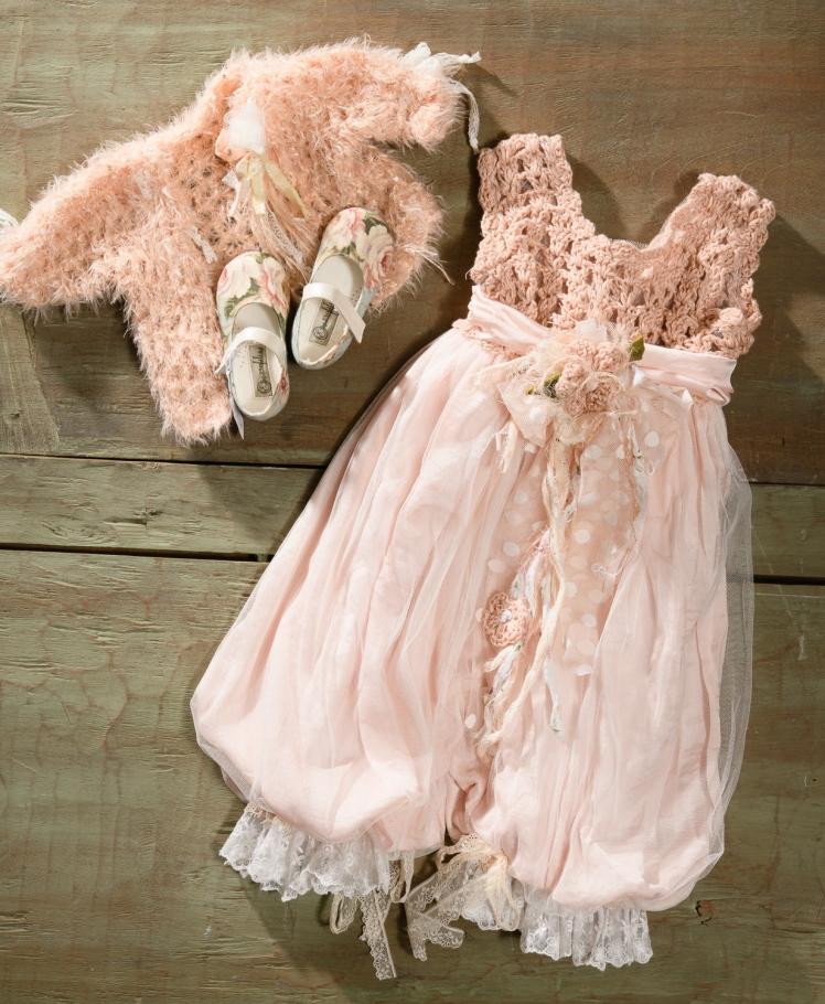 #vintagepink #jumpsuit #girly Ένα ερωτεύσιμο βαφτιστικό σύνολο για κορίτσι με άφθονες ενδιαφέρουσες λεποτομέρειες που περιλαμβάνει:      Φόρμα ολόσωμη (φόδρα από 100% βαμβάκι) με μπούστο πλεγμένο στο χέρι με βελονάκι, ζωνάκι με λουλούδι και παντελόνα απο στρώσεις μουσελίνας και δαντέλας     Μπολερό πλεκτό     Μπαλαρίνες με φλοράλ ύφασμα χειροποίητες  Για τις πιο φανταχτερές εμφανίσεις των μικρών κυριών !  Τιμή: 210 Ε + 60 Ε μπαλαρίνες  Διαθέσιμο σε όλα τα νούμερα κατόπιν παραγγελίας.  Εαν επιθυμείτε κάτι ακόμα πιο ιδιαίτερο επικοινωνήστε μαζί μας και θα χαρούμε να το δημιουργήσουμε αποκλειστικά για εσάς.