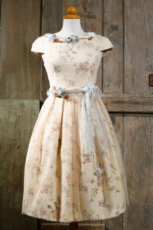 #retrodress #mommyandme #matchymatchy #matchingoutfits Ένα κλασσικό 50's μεσάτο φόρεμα με φλοράλ μοτίβο. Οι λεπτομέρειες από τούλι και λουλούδια τονίζουν τη μέση και το λαιμό, κάνοντας το εξαιρετικά κολακευτικό. Ο συνδυασμός χρωμάτων υπογραμμίζει τα φυσικά χαρακτηριστικά του προσώπου και ταιριάζει υπέροχα με ένα απαλό μακιγιάζ και έντονα χείλη. Τιμή: 250 Ε (στεφάνι ή κολιέ περιλαμβάνεται στο σετ)