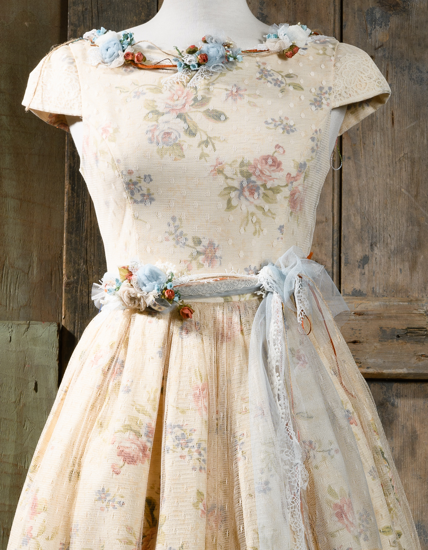 #fullskirt #50s #bridesmaid #weddingdress Ένα κλασσικό 50's μεσάτο φόρεμα με φλοράλ μοτίβο. Οι λεπτομέρειες από τούλι και λουλούδια τονίζουν τη μέση και το λαιμό, κάνοντας το εξαιρετικά κολακευτικό. Ο συνδυασμός χρωμάτων υπογραμμίζει τα φυσικά χαρακτηριστικά του προσώπου και ταιριάζει υπέροχα με ένα απαλό μακιγιάζ και έντονα χείλη. Τιμή: 250 Ε (στεφάνι ή κολιέ περιλαμβάνεται στο σετ)