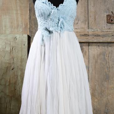 #boho #ciel Ένα παραμυθένιο μεσάτο φόρεμα σε απαλό σιέλ. Το μοναδικό, φτιαγμένο στο χέρι με βελονάκι μπούστο του, σε συνδυασμό με την πλούσια και ανάλαφρη φούστα το κάνουν να αναδεικνύει εύκολα τη γυναικεία γραμμή. Ένα κομμάτι πολύ καλοκαιρινό και ξεχωριστό, για να ντύσει ονειρεμένες στιγμές.Τιμή: 250 Ε (στεφάνι ή κολιέ περιλαμβάνεται στο σετ)