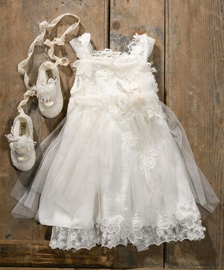 #vintage #lace #girl #christeningdress Ένα αφράτο βαφτιστικό σύνολο για κορίτσι γεμάτο δαντελένια λουλούδια που περιλαμβάνει:      Φόρεμα (φόδρα από 100% βαμβάκι) με τιράντες και στρώσεις από δαντέλα και τούλι και πολλά δαντελένια λουλούδια     Λευκές μπαλαρίνες με δαντέλα και κορδέλες  Για τις βασίλισσες τoυ αστραφτερού λευκού! Τιμή: 180 Ε + 60 Ε μπαλαρίνες  Διαθέσιμο σε όλα τα νούμερα κατόπιν παραγγελίας.  Εαν επιθυμείτε κάτι ακόμα πιο ιδιαίτερο επικοινωνήστε μαζί μας και θα χαρούμε να το δημιουργήσουμε αποκλειστικά για εσάς.