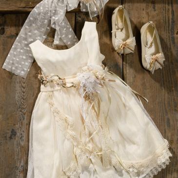 #vintage #creme #christening #lacedress Ένα πολυτελές βαφτιστικό σύνολο για κορίτσι σε κρεμ τόνους που περιλαμβάνει: Φόρεμα (φόδρα από 100% βαμβάκι) με ζωνάκι από λουλούδια και πέρλες, στρώσεις δαντέλας και μουσελίνας Κορδέλα με ασορτί λουλούδι Ασορτί μπαλαρίνες με δαντέλα και κορδέλες Για τις αριστοκρατικές εμφανίσεις! Τιμή: 188 Ε + 60 Ε μπαλαρίνες Διαθέσιμο σε όλα τα νούμερα κατόπιν παραγγελίας. Εαν επιθυμείτε κάτι ακόμα πιο ιδιαίτερο επικοινωνήστε μαζί μας και θα χαρούμε να το δημιουργήσουμε αποκλειστικά για εσάς.