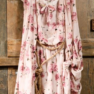 #floralboho #dress #womanlook #christening Ένα boho chic σύνολο σε φλοράλ πανδαισία: αεράτο φόρεμα με ένα ασορτί χαλαρό γιλέκο από πάνω και ζωνάκι. Οι γλυκές ροζ αποχρώσεις και η απαλή μουσελίνα το κάνουν απίστευτα ρομαντικό. Η γραμμή του εφαρμόζει χωρίς πρόβλημα σε κάθε σωματότυπο, κάνοντάς το ευκολοφόρετο και χρηστικό κομμάτι. Μπορεί να συνδυαστεί με πολλά από τα παιδικά σύνολα και κοινό look μαμάς- κόρης. Τιμή: 250 Ε (ζωνάκι ή κολιέ περιλαμβάνεται στο σετ) Διαθέσιμο σε όλα τα νούμερα κατόπιν παραγγελίας. Εαν επιθυμείτε κάτι ακόμα πιο ιδιαίτερο επικοινωνήστε μαζί μας και θα χαρούμε να το δημιουργήσουμε αποκλειστικά για εσάς.