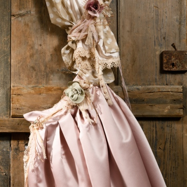 #ladylook #rose #beigepolkadot Ένα oνειρεμένο σύνολο σε απαλό ροζ και μπεζ με λουλουδένιες πινελιές: ένα λαμπερό τοπ με δαντέλα συνδυασμένο με άνετο αμάνικο πουκάμισο σε εκρού πουά και φούστα κάτω από το γόνατο σε απαλό ροζ. Η φούστα και το πουκάμισο μπορούν να συνδυαστούν με ζώνη από κορδέλες και υφασμάτινα λουλούδια. Η άνετη γραμμή και η θηλυκή σιλουέτα το κάνουν κατάλληλο για κάθε περίσταση και πολύ βολικό για την πολυάσχολη μαμά. Ένα κομμάτι πολυμορφικό, που μπορεί να συνδυαστεί ξανά και ξανά με διαφορετικούς τρόπους και να δημιουργήσει νέα σύνολα. Τιμή: 250 Ε (ζωνάκι ή κολιέ περιλαμβάνεται στο σετ) Διαθέσιμο σε όλα τα νούμερα κατόπιν παραγγελίας. Εαν επιθυμείτε κάτι ακόμα πιο ιδιαίτερο επικοινωνήστε μαζί μας και θα χαρούμε να το δημιουργήσουμε αποκλειστικά για εσάς.