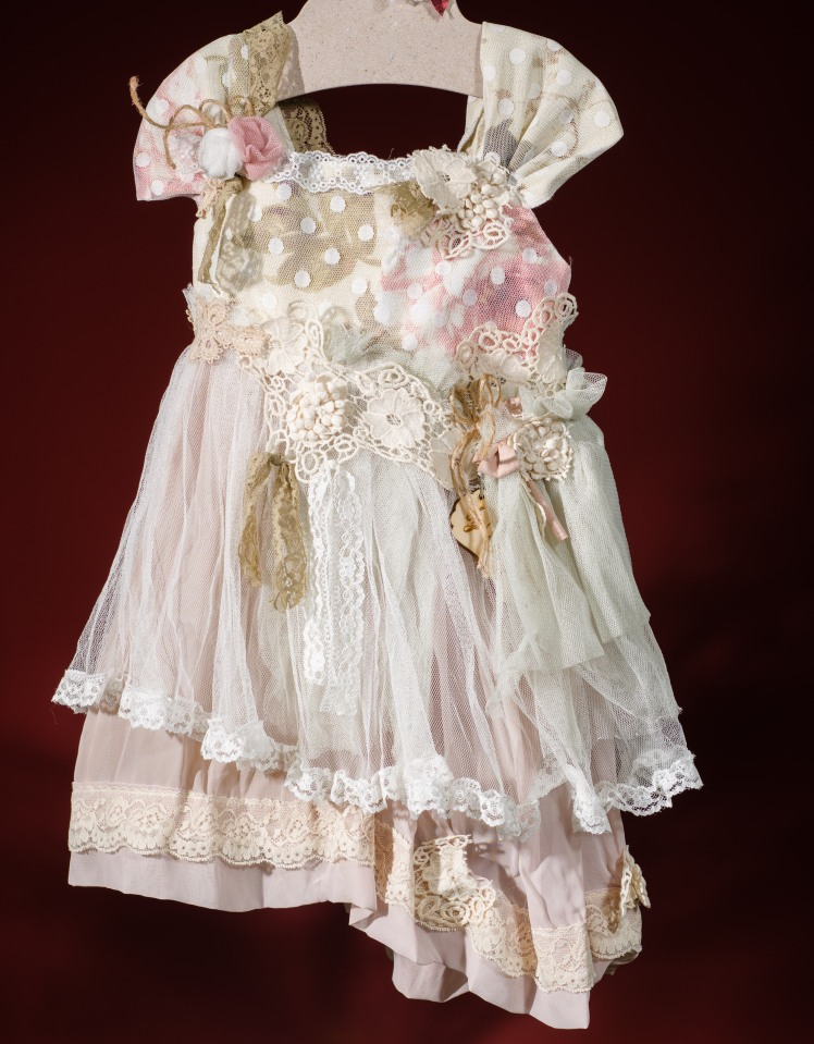 #floral #dress #babygirl #flowergirl #christening Ένα λουλουδάτο σύνολο για κορίτσι γεμάτο τριαντάφυλλα που περιλαμβάνει: Φόρεμα (φόδρα από 100% βαμβάκι) με κεντημένη δαντέλα, φλοράλ μουσελίνα και εξτρά λουλούδια στο μπούστο και τη ζώνη Καπελάκι πλεγμένο στο χέρι με βελονάκι Για τρυφερές στιγμές!