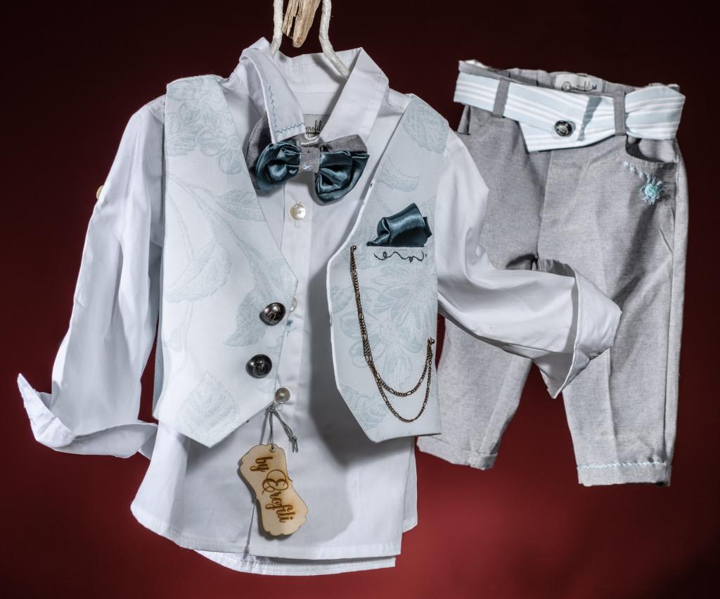 Πουκάμισο λευκό Παντελόνι γκρι με κέντημα στην τσέπη Πρωτότυπη ζώνη Γιλέκο εμπριμέ με κεντητές λεπτομέρειες και μαντηλάκι Παπιγιόν σε συνδυασμό υφασμάτωνΓια ευγενείς στην καρδιά και την εμφάνιση!