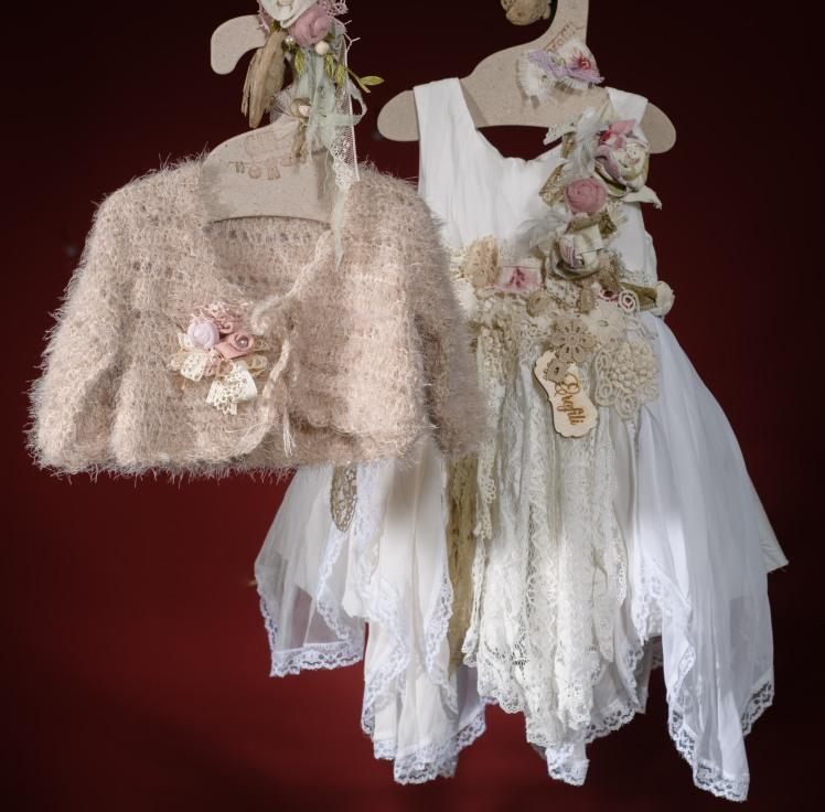 Ένα vintage αέρινο σύνολο για κορίτσι με ποικιλία αξεσουάρ που περιλαμβάνει: Φόρεμα (φόδρα από 100% βαμβάκι) με στρώσεις μουσελίνας, δαντέλας και υφασμάτινων λουλουδιών Γιλέκο από φλουράλ μουσελίνα με λεπτομέρειες δαντέλας και κορδέλα ή/και Πλεκτό μπολερό με λουλούδι Στεφάνι ασορτί χειροποίητο για τα μαλλιά Μόνο για αληθινές πριγκίπισσες!