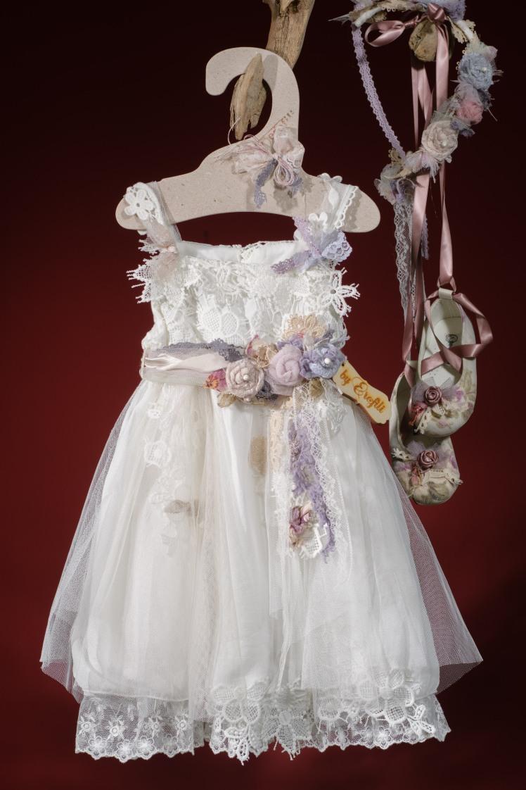 Ένα ρομαντικά διακοσμημένο σύνολο για κορίτσι που περιλαμβάνει: Φόρεμα (φόδρα από 100% βαμβάκι) με συνδυασμό από δαντέλες, τούλι και χειροποίητα υφασμάτινα λουλούδια Στεφάνι ασορτί Μπαλαρίνες με κορδέλα σε φλοράλ ύφασμα Για να ντύσει στιγμές αγάπης και ευτυχίας!