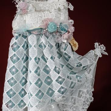 Ένα γλυκύτατο σύνολο για κορίτσι με έντονες γαλαζοπράσινες πινελιές που περιλαμβάνει: Φόρεμα (φόδρα από 100% βαμβάκι) με στρώσεις μουσελίνας, διαφορετικών ειδών δαντέλας και υφασμάτινων λουλουδιών Στεφάνι ασορτί χειροποίητο για τα μαλλιά Για τα πιο ρομαντικά κορίτσια!