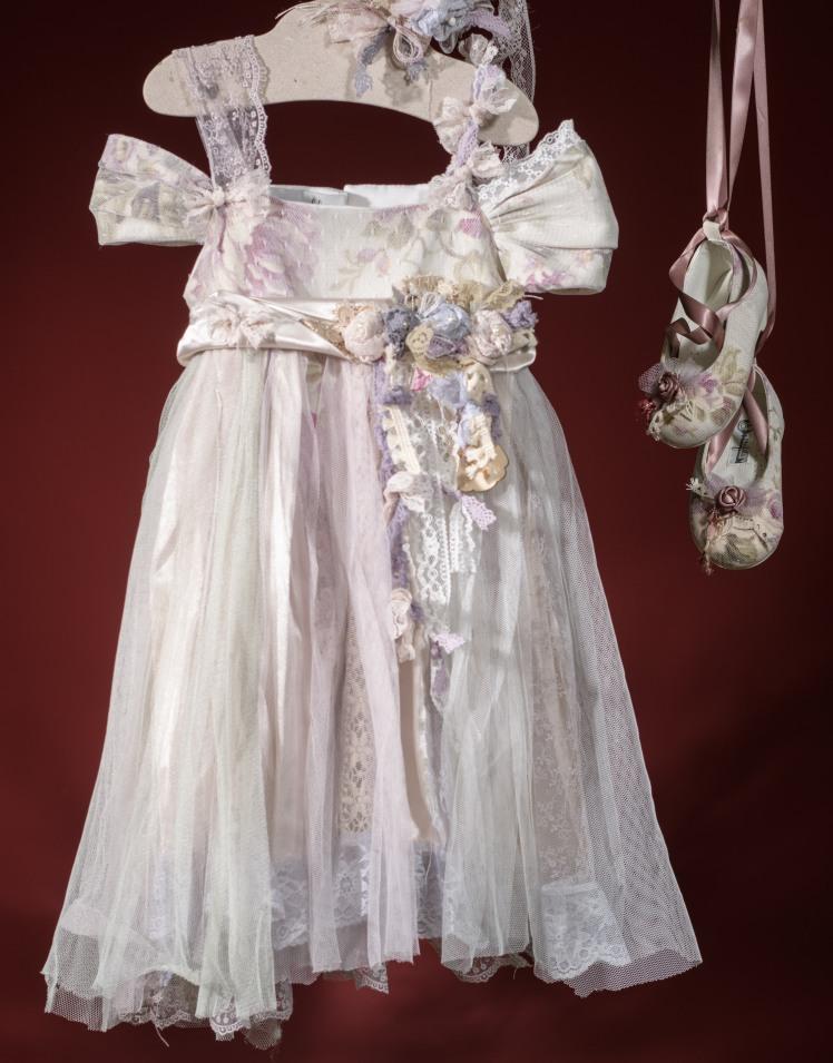 Ένα παραμυθένιο σύνολο για κορίτσι σε γκάμα ροζ- λιλά που περιλαμβάνει: Φόρεμα (φόδρα από 100% βαμβάκι) με φλοράλ μπούστο, τούλινη φούστα και ζώνη με λουλούδια Στεφάνι ασορτί χειροποίητο για τα μαλλιά Παπουτσάκια χειροποίητα με κορδέλα Για μπαλαρίνες από κούνια!