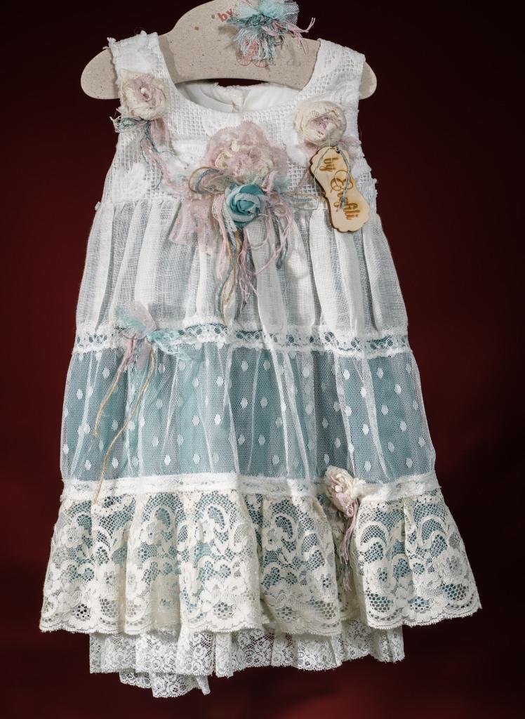Ένα vintage σύνολο για κορίτσι με σε συδυασμού γαλάζιου, λευκού και ροζ που περιλαμβάνει: Φόρεμα (φόδρα από 100% βαμβάκι) σε αμπιρ γραμμή με στρώσεις από τούλι, διαφορετικές δαντέλες και χειροποίητα υφασμάτινα λουλούδια Στεφάνι ασορτί χειροποίητο για τα μαλλιά