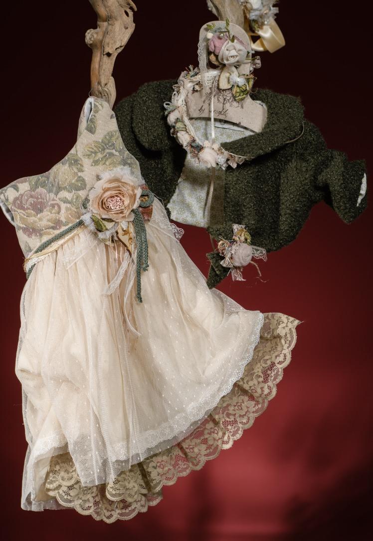 Ένα τρυφερό σύνολο για κορίτσι σε απαλούς τόνους ροζ, μπεζ και λαδί που περιλαμβάνει: Φόρεμα (φόδρα από 100% βαμβάκι) με φλοράλ μπούστο,ζώνη με χειροποίητα λουλούδια και συνδυασμό δαντέλας στη φούστα Στεφάνι ασορτί χειροποίητο για τα μαλλιά Μπολερό ή παλτουδάκι ασορτί Για ανθισμένες στιγμές! Τιμή: 190 Ε (φόρεμα+στεφάνι)