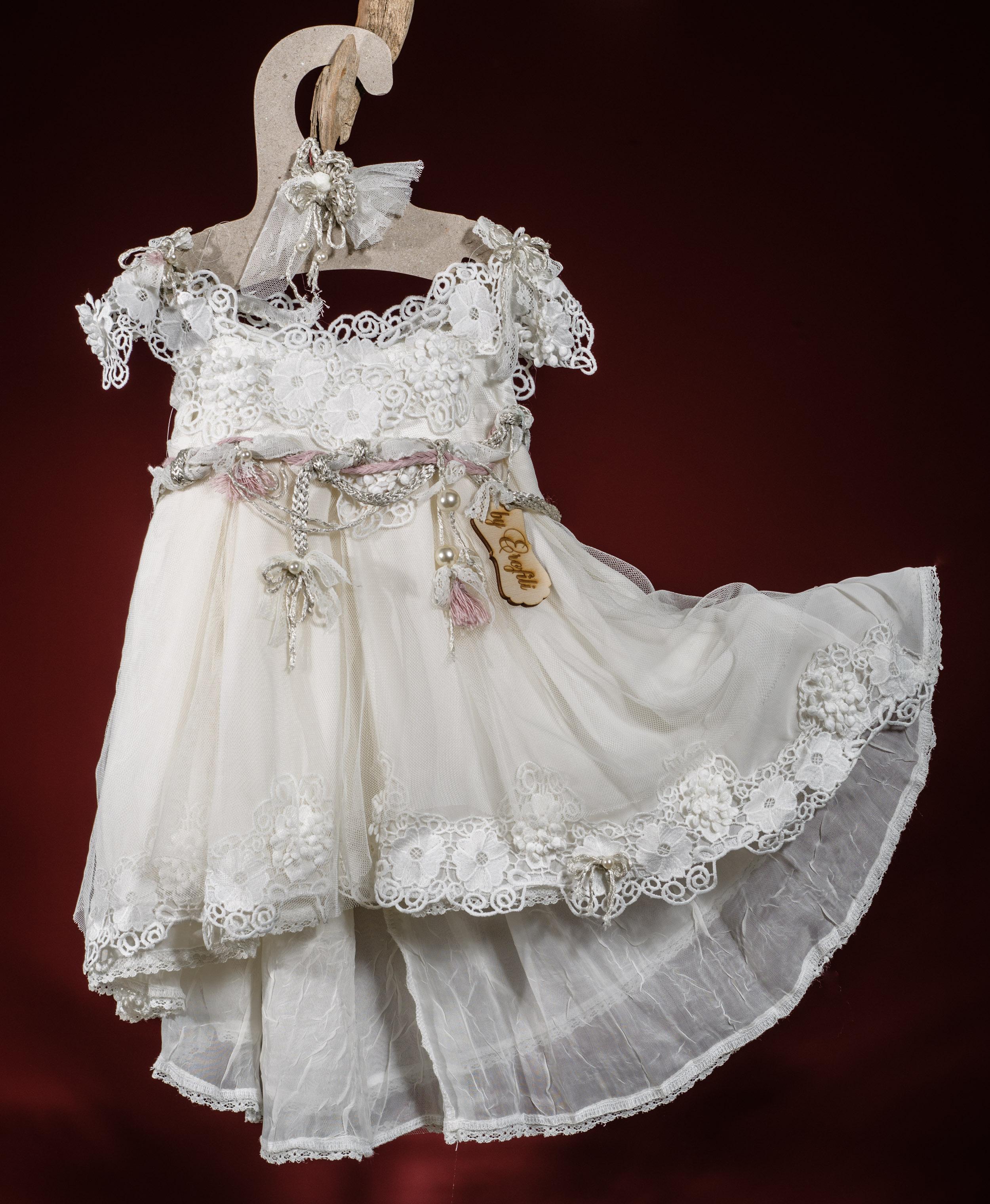 Ένα πολυτελές σύνολο για κορίτσι με ασημί και ροζ νότες που περιλαμβάνει: Φόρεμα (φόδρα από 100% βαμβάκι) με δαντελένιο μπούστο, τούλινη φούστα και ζώνη με λουλούδια Στεφάνι ασορτί χειροποίητο για τα μαλλιά