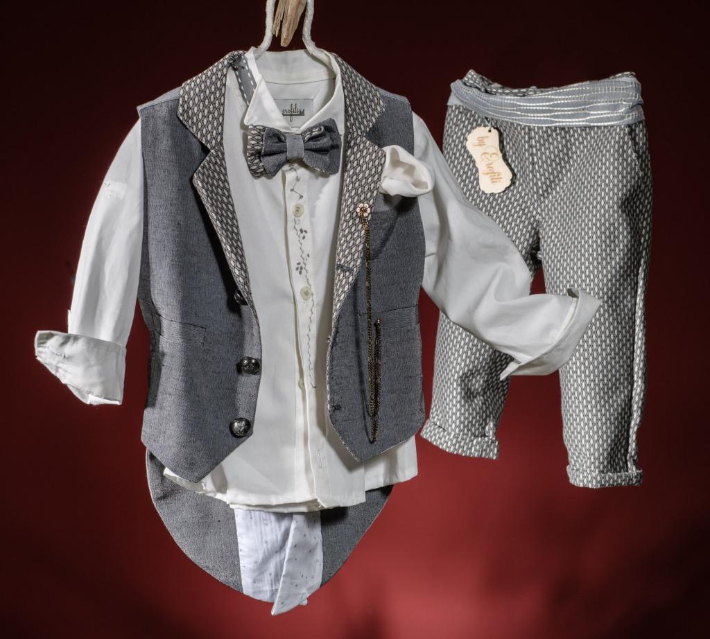 Ένα υπέρκομψο βαφτιστικό σετ για αγόρι με φράκο σε ασημί τόνους που περιλαμβάνει: Πουκάμισο λευκό με κέντημα Παντελόνι γκρι με φαρδιά ζώνη  Γιλέκο-φράκο ασημί με μαντήλιο στο πέτο και αλυσίδα Παπιγιόν