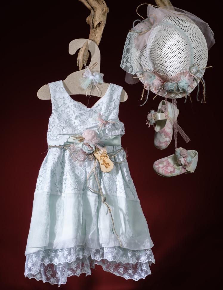 Ένα λεπτεπίλεπτο σύνολο για κορίτσι σε παστέλ χρωματισμούς που περιλαμβάνει:  Φόρεμα (φόδρα από 100% βαμβάκι) πολυεπίπεδο με δαντελένιο μπούστο,ζώνη με χειροποίητα λουλούδια και φούστα με συνδυασμό υφασμάτων  Ψάθινο καπέλο ασορτί χειροποίητο για τα μαλλιά Παπουτσάκια μπαλαρίνες φλοράλ χειροποίητα Για μοδάτες εμφανίσεις!