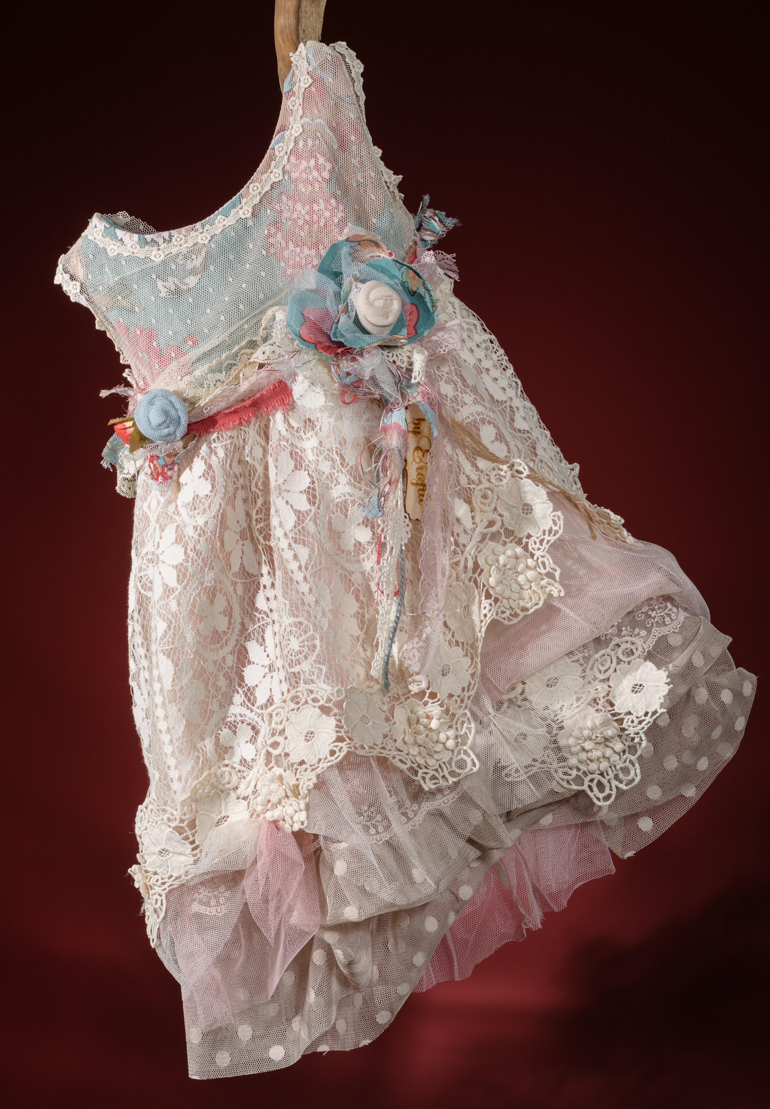 Ένα ζωηρό σύνολο για κορίτσι σε έντονους τόνους που περιλαμβάνει: Φόρεμα (φόδρα από 100% βαμβάκι) πολυεπίπεδο με φλοράλ μπούστο,ζώνη με χειροποίητα λουλούδια και συνδυασμό δαντέλας με τούλι ή crop top με φούστα Στεφάνι ασορτί χειροποίητο για τα μαλλιά Μπολερό ή παλτουδάκι ασορτί Παπουτσάκια μπαλαρίνες φλοράλ χειροποίητα Για πολύχρωμες εμπειρίες!