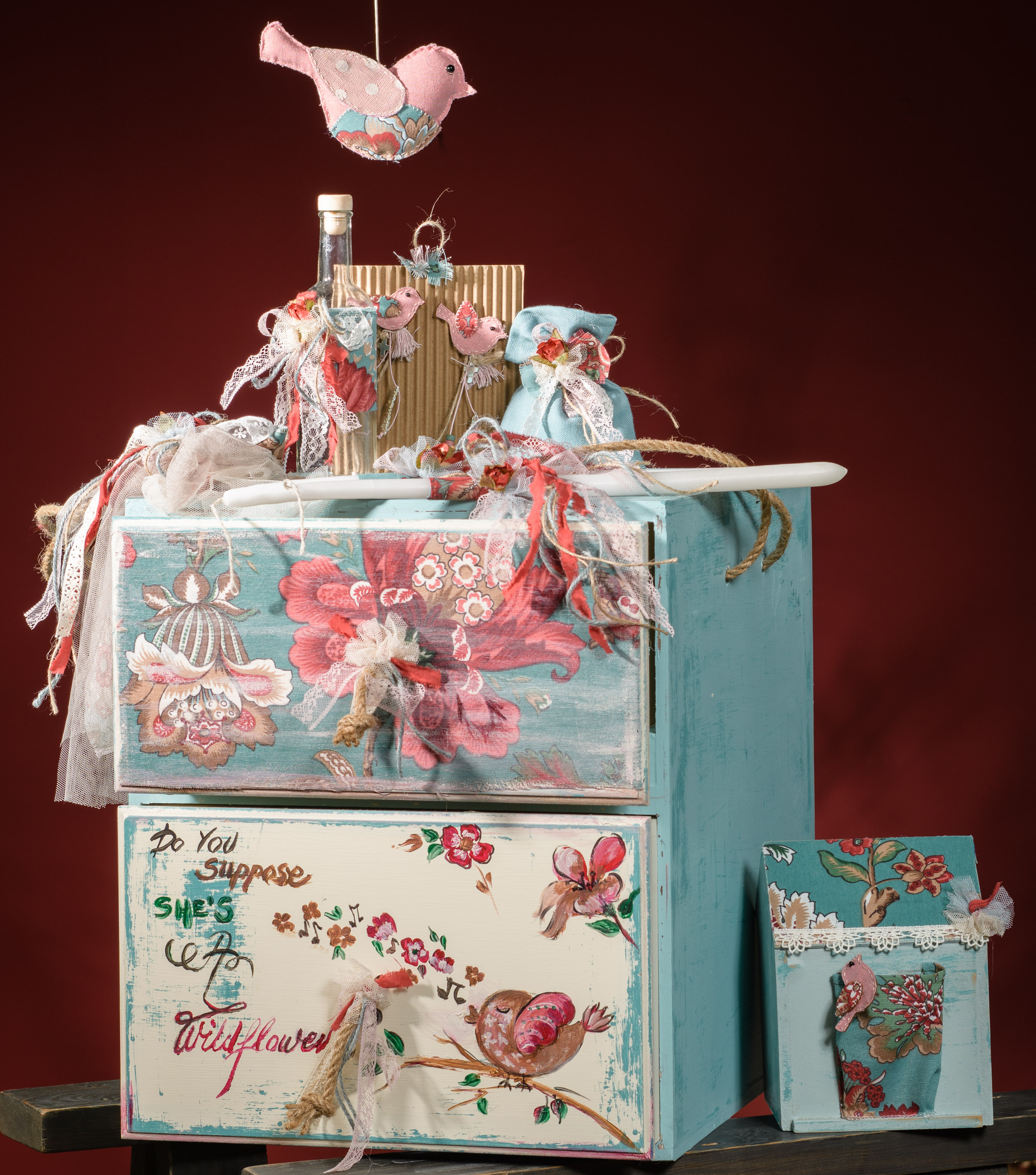 Ένα ζωηρό σετ βάπτισης με θέμα πολύχρωμα πουλιά. Περιλαμβάνει:  Κουτί βάφτισης (επιπλάκι) ζωγραφισμένο στο χέρι Λαδοσέτ Μαρτυρικά και μπομπονιέρες Κουτί μαρτυρικών Βιβλίο ευχών  Για τις πιο φανταχτερές εκδηλώσεις!