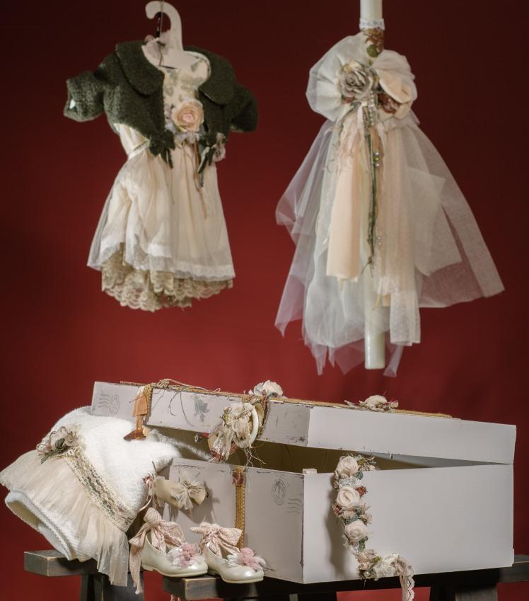 Ένα vintage σετ βάπτισης για κορίτσι σε λαδί και μπεζ τόνους. Περιλαμβάνει:  Βαλιτσάκι βάφτισης διακοσμημένο και ζωγραφισμένο στο χέρι Λαμπάδα με ασορτί κορδέλες Πετσετάκια και λαδοπάνα διακοσμημένα με υφασμάτινα λουλούδια