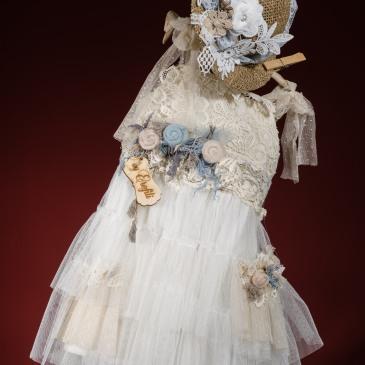 να ανεπανάληπτο βαφτιστικό σύνολο για κορίτσι με παστέλ πινελιές που περιλαμβάνει: Φόρεμα (φόδρα από 100% βαμβάκι) πολυεπίπεδο με δαντλένιο μπούστο,ζώνη με χειροποίητα λουλούδια και φούστα που συνδυάζει δαντέλα με τούλι                              Καπέλο ψάθινο με υφασμάτινα λουλούδια Για μποέμ ψυχές!