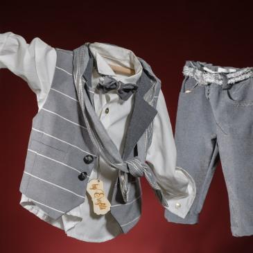 Ένα σικάτο βαφτιστικό σετ για αγόρι σε γκρι χρώμα με παραλλαγές που περιλαμβάνει: Πουκάμισο λευκό με κεντημένες κουμπότρυπες Παντελόνι γκρι Γιλέκο ριγέ σε 2 διαφορετικές εκδοχές Ζώνη Παπιγιόν ή αντρικό φουλάρι Μποτάκια ανατομικά ριγέ Για τους λάτρεις της ταχύτητας! Διαθέσιμο σε όλα τα νούμερα κατόπιν παραγγελίας.