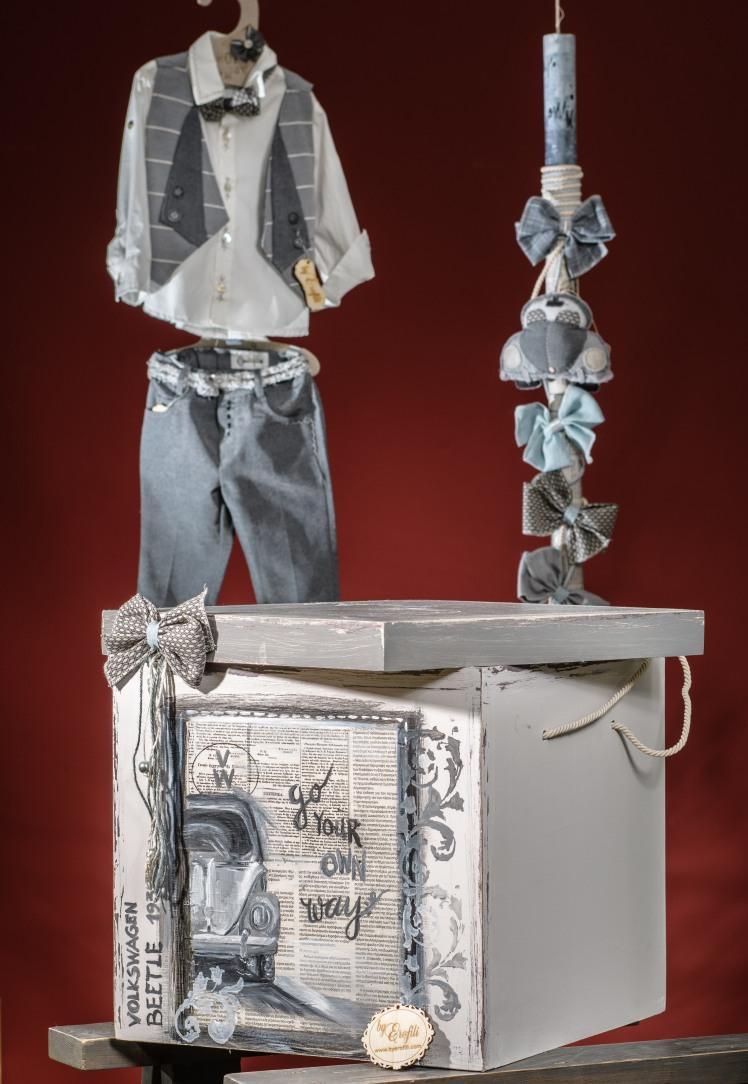 Ένα σετ βάπτισης με θέμα τα vintage αυτοκίνητα. Περιλαμβάνει:  Κουτί βάφτισης διακοσμημένο και ζωγραφισμένο στο χέρι Λαμπάδα στολισμένη με ασορτί φιόγκους  Για ατρόμητους οδηγούς!  Ένα πλήρες σετ βάφτισης με κουτί, λαμπάδα, κεριά, πετσέτες, λαδοσέτ, λαδόπανα, 50 μαρτυρικά με το κουτάκι τους και βιβλίο ευχών ξεκινάει από 420 Ε