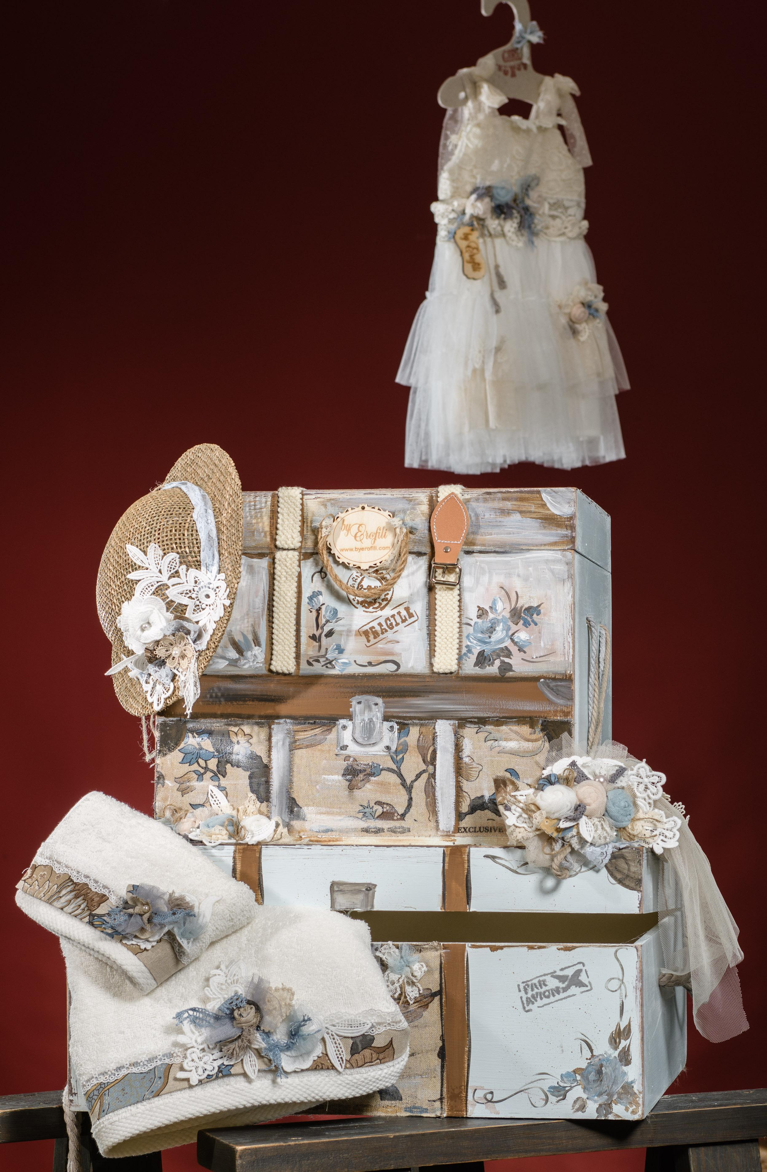 Ένα boho σετ βάπτισης για κορίτσι σε γαλάζιους τόνους με θέμα τις βαλίτσες. Περιλαμβάνει: Βαλιτσάκι βάφτισης διακοσμημένο και ζωγραφισμένο στο χέρι Κουτί βάφτισης ζωγραφισμένο στο χέρι Πετσετάκια και λαδοπάνα διακοσμημένα με υφασμάτινα λουλούδια Για ταξιδιάρικες στιγμές!