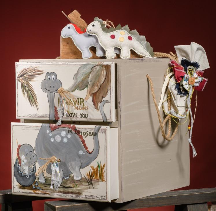Ένα σετ βάπτισης - υπερπαραγωγή με θέμα τους δεινόσαυρους. Περιλαμβάνει: Κουτί βάφτισης (επιπλάκι) διακοσμημένο και ζωγραφισμένο στο χέρι Λαμπάδα με υφασμάτινα δεινοσαυράκια Μαρτυρικά Για εμφανίσεις που κάνουν ΡΟΑΡ!