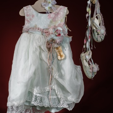 Ένα δροσερό σύνολο για κορίτσι σε ροζ φλοράλ χρωματισμούς που περιλαμβάνει: Φόρεμα (φόδρα από 100% βαμβάκι) πολυεπίπεδο με φλοράλ μπούστο,ζώνη με χειροποίητα λουλούδια και φούστα με συνδυασμό υφασμάτων και δαντέλας Παπουτσάκια εσπαντρίγιες φλοράλ χειροποίητα Για λουλουδάτες εμφανίσεις! Τιμή: 210 Ε + 60Ε παπουτσάκια #christening #pinkdress #babydress #flowerdress