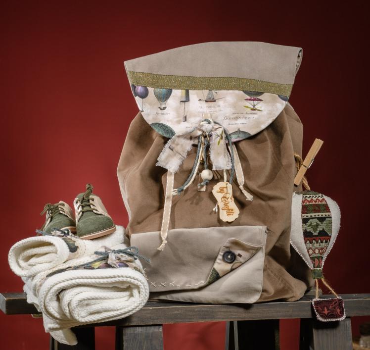 Ένα σικάτο και steampunk σακίδιο για τα βαπτιστικά με θέμα τα αερόστατα. Είναι χειροποίητο, ανθεκτικό και διακοσμημένο στα χρώματα της βάφτισης. Ένα μοναδικό αναμνηστικό που δεν μένει ποτέ στο ράφι.  Στο σετ περιλαμβάνονται μπομπονιέρα αερόστατο, λαμπάδα και πετσέτες.   Για ονειροπόλους από κούνια!  Ένα πλήρες σετ βάφτισης με σακίδιο, λαμπάδα, κεριά, πετσέτες, λαδοσέτ, λαδόπανα και 50 μαρτυρικά ξεκινάει από 330 Ε  Εαν επιθυμείτε κάτι ακόμα πιο ιδιαίτερο επικοινωνήστε μαζί μας και θα χαρούμε να το δημιουργήσουμε αποκλειστικά για εσάς.