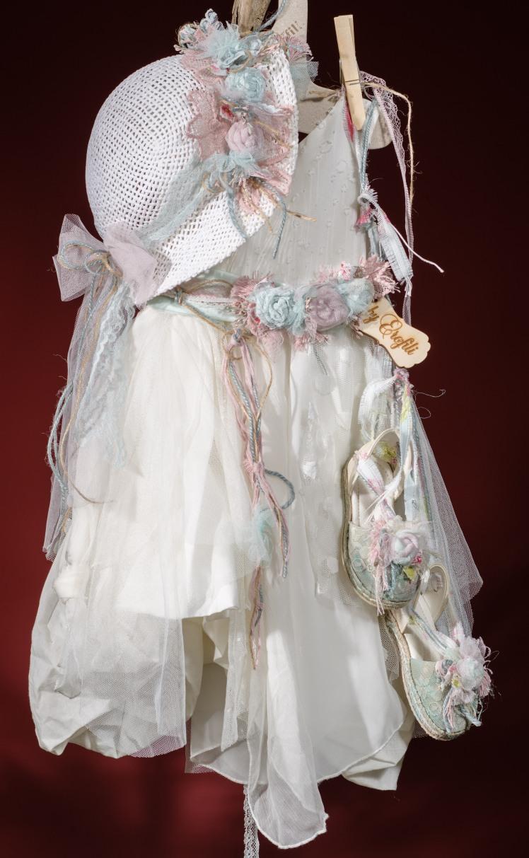 Φόρεμα (φόδρα από 100% βαμβάκι) ασύμμετρο διακοσμημένο με χειροποίητα υφασμάτινα λουλούδια σε παστελ αποχρώσεις, δαντέλα και τούλι Καπέλο ψάθινο με λουλούδια χειροποίητο Εσπαντρίγιες Για τις πιο τυχερές μικρές υπάρξεις! Τιμή: 200 Ε + 60 Ε εσπαντρίγιες Διαθέσιμο σε όλα τα νούμερα κατόπιν παραγγελίας. Εαν επιθυμείτε κάτι ακόμα πιο ιδιαίτερο επικοινωνήστε μαζί μας και θα χαρούμε να το δημιουργήσουμε αποκλειστικά για εσάς.