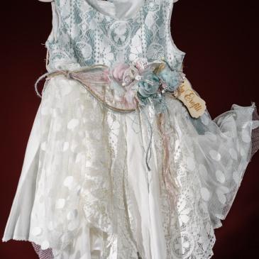 Ένα ρομαντικό boho chic βαφτιστικό σύνολο για κορίτσι που περιλαμβάνει: Φόρεμα (φόδρα από 100% βαμβάκι) ασύμμετρο διακοσμημένο με χειροποίητα υφασμάτινα λουλούδια σε παστελ αποχρώσεις, δαντελένιο μπούστο και φούστα με συδνυασμό υαφασμάτων Στεφάνι ασορτί με υφασμάτινα λουλούδια ή καπέλο Για τις πιο νεραϊδένιες δεσποινίδες!