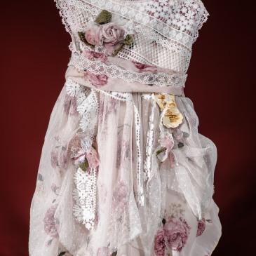 Ένα φλοράλ βαφτιστικό σύνολο για κορίτσι σε ροζ τόνους που περιλαμβάνει: Φόρεμα (φόδρα από 100% βαμβάκι) φλοράλ διακοσμημένο με χειροποίητα υφασμάτινα λουλούδια και στρώσεις από δαντέλα και τούλι Καπέλο πλεγμένο στο χέρι με βελονάκι Για στιγμές γεμάτες τριανταφυλλένια τρυφεράδα!