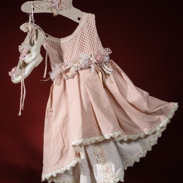 Ένα τέλειο βαφτιστικό σύνολο για κορίτσι σε λαχταριστό ροζ που περιλαμβάνει: Φόρεμα (φόδρα από 100% βαμβάκι) ασύμμετρο διακοσμημένο με χειροποίητα υφασμάτινα λουλούδια σε παστελ αποχρώσεις και συνδυασμό από διαφορετικά είδη δαντέλας στο μπούστο και στο στρίφωμα σε ροζ μπονμπόν Μπαλαρίνες δετές ασορτί