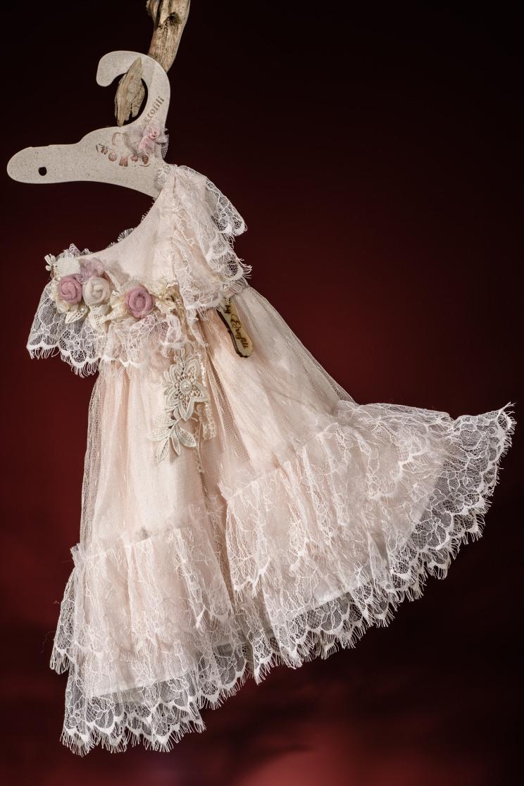 Ένα πανάλφρο βαφτιστικό σύνολο για κορίτσι με κύματα δαντέλας που περιλαμβάνει: Φόρεμα (φόδρα από 100% βαμβάκι) με δαντελένια μανίκια και λευκό δαντελένιο φουρό διακοσμημένο με χειροποίητα υφασμάτινα λουλούδια Καπελάκι πλεγμένο στο χέρι με βελονάκι Για τις αέρινες πριγκιποπούλες!