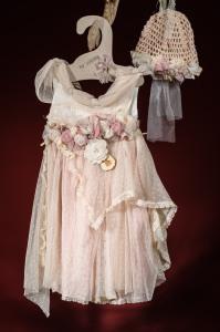 Ένα μεγαλοπρεπές βαφτιστικό σύνολο για κορίτσι σε κλασσική γραμμή που περιλαμβάνει: Φόρεμα (φόδρα από 100% βαμβάκι) με δαντελένιο λαιμό και φιόγκο, καταρράκτη από λουλούδια στη ζώνη και ασσύμμετρη δαντέλα στη φούστα Καπελάκι πλεγμένο στο χέρι με βελονάκι Για τις πιο βασιλικές περιστάσεις!
