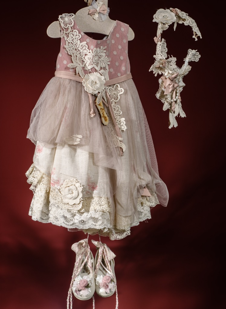 Ένα shabby chic σύνολο για κορίτσι με πουά πινελιές που περιλαμβάνει: Φόρεμα (φόδρα από 100% βαμβάκι) πολυεπίπεδο με πουά μπούστο,ζώνη με χειροποίητα λουλούδια και καταρράκτη από δαντέλα, ασύμμετρο τελείωμα με συνδυασμό υφασμάτων Στεφάνι ασορτί χειροποίητο για τα μαλλιά Παπουτσάκια μπαλαρίνες χειροποίητα Για ανέμελες fashionista!
