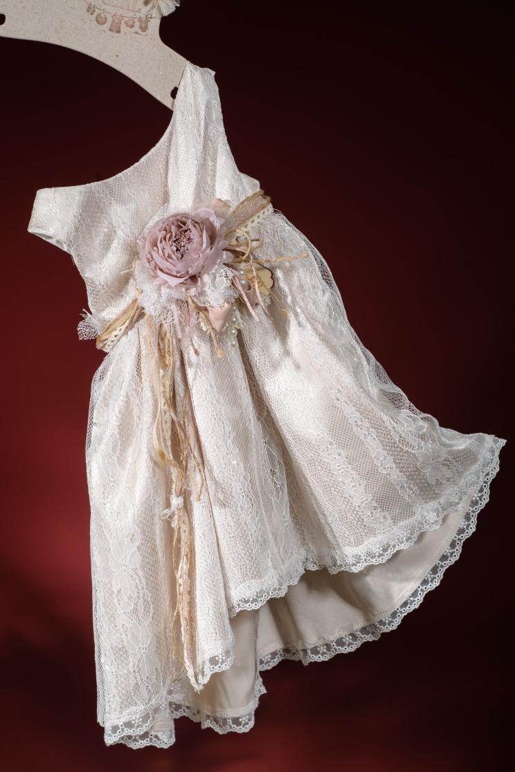 Ένα ρομαντικό βαφτιστικό σύνολο για κορίτσι σε γήινες αποσχρώσεις που περιλαμβάνει: Φόρεμα (φόδρα από 100% βαμβάκι) δαντελένιο δεμένο με ζώνηαπό χειροποίητα υφασμάτινα λουλούδια Στεφανάκι ή καπελάκι με χειροποίητα λουλούδια Για τα πιο πολύτιμα λουλούδακια μας!