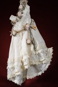 Ένα μπόεμ σικάτο βαφτιστικό σύνολο για κορίτσι με ακαταμάχητες λεπτομερειες που περιλαμβάνει: Φόρεμα (φόδρα από 100% βαμβάκι) με καταρράκτη δαντέλας και δαντελένιο μπούστο δεμένο με ζώνη από χειροποίητα υφασμάτινα λουλούδια Στεφανάκι ή καπελάκι με χειροποίητα λουλούδια Για τις πιο μουσικόφιλες μικρές δεσποινίδες!