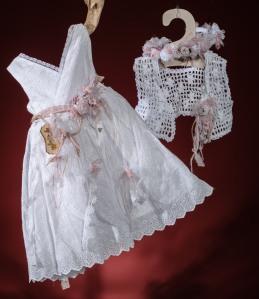 Ένα απαλό βαφτιστικό σύνολο για κορίτσι με φυσική γοητεία που περιλαμβάνει: Φόρεμα (φόδρα από 100% βαμβάκι) από βαμβακερή δαντέλα με κρουαζέ μπούστο και υφασμάτινα λουλούδια Στεφανάκι ή καπελάκι με χειροποίητα λουλούδια Μπολερό πλεγμένο στο χέρι με βελονάκι Για τις πιο άνετες σικ εμφανίσεις!
