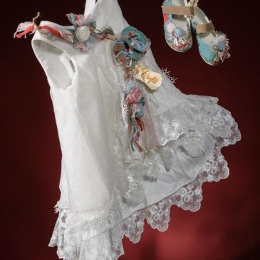 """Ένα διαφορετικό βαφτιστικό σύνολο για κορίτσι με φλοράλ στοιχεία που περιλαμβάνει: Φόρεμα (φόδρα από 100% βαμβάκι) λευκό με στρώσεις δαντέλας και λεπτομέρειες από πολύχρωμο φλοράλ ύφασμα Στεφανάκι ή καπελάκι με χειροποίητα λουλούδια Παπουτσάκια μπαλαρίνες χειροποίητα Για όσους αναζητούν """"ψαγμένη"""" κομψότητα!"""