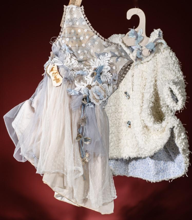 Ένα γαλάζιο βαφτιστικό σύνολο για κορίτσι με φλοράλ μπούστο που περιλαμβάνει: Φόρεμα (φόδρα από 100% βαμβάκι) με κόψιμο στην πλάτη, φλοράλ μπούστο, στρώσεις πουά δαντέλας και δαντελένια ζώνη με υφασμάτινα λουλούδια Στεφανάκι ή καπελάκι με χειροποίητα λουλούδια Παλτουδάκι της επιλογής σας Για εμφανίσεις βγαλμένες από τη μεγάλη οθόνη!
