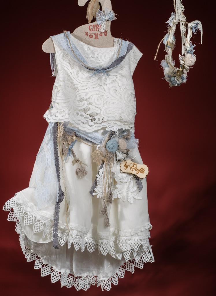 Ένα μοντέρνο crop top βαφτιστικό σύνολο για κορίτσι με γαλάζιες πινελιές που περιλαμβάνει: Crop top δαντελένιο και φούστα με ασσύμετρο τελείωμα και ζώνη από λουλούδια Στεφανάκι ή καπελάκι με χειροποίητα λουλούδια Για δεσποινίδες που είναι πάντα στην κορυφή!