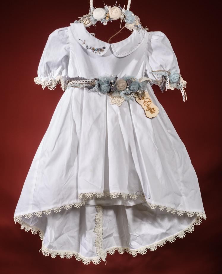Ένα λευκό βαφτιστικό σύνολο για κορίτσι σε vintage γραμμή που περιλαμβάνει: Φόρεμα (φόδρα από 100% βαμβάκι) ασύμμετρο με αφράτα μανικάκια, διακοσμημένο με χειροποίητα υφασμάτινα λουλούδια, δαντέλα και κέντημα Στεφάνι με λουλούδια χειροποίητο Για αληθινές κουκλίτσες!