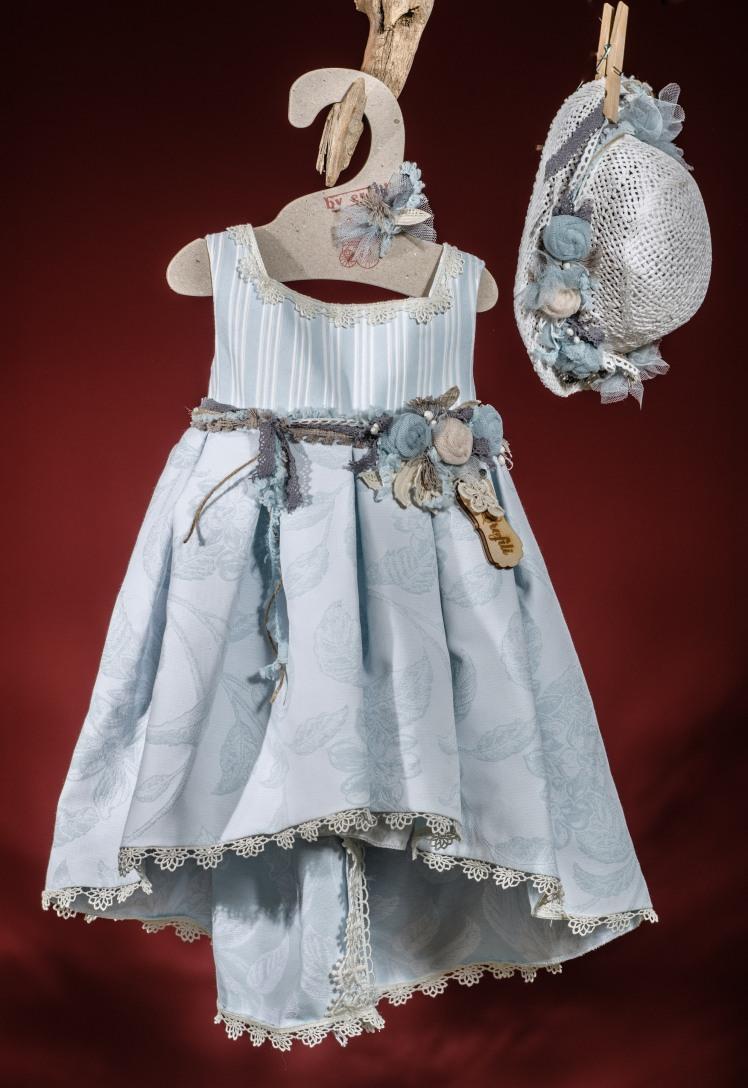 να υπέρκομψο σύνολο για κορίτσι σε γαλάζιες αποχρώσεις που περιλαμβάνει: Φόρεμα (φόδρα από 100% βαμβάκι) ασύμμετρο με ριγέ μπούστο,ζώνη με χειροποίητα λουλούδια και εμπριμέ φούστα με τελείωμα δαντέλας              Ψάθινο καπέλο ασορτί χειροποίητο για τα μαλλιά Για εκλεπτυσμένες εμφανίσεις!