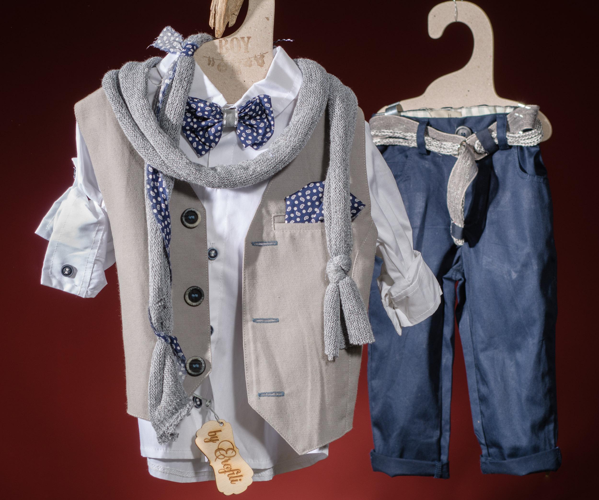 Ένα χαλαρό βαφτιστικό σετ για αγόρι σε συνδυασμό μπλε και μπεζ που περιλαμβάνει: Πουκάμισο λευκό Παντελόνι μπλε Πρωτότυπη ζώνη Γιλέκο με μαντηλάκι Παπιγιόν Φουλάρι αντρικό Για όσους βάζουν την άνεση ψηλά!