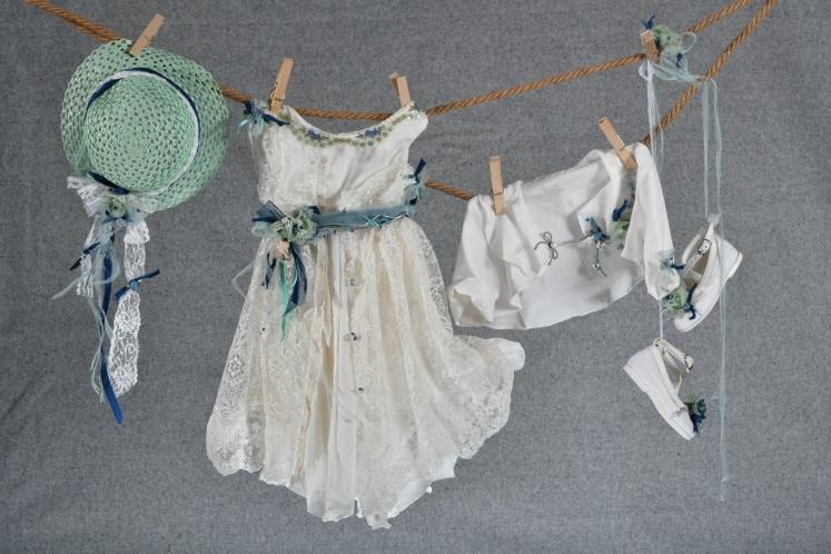 Ένα βαθιά boho βαφτιστικό σύνολο για κορίτσι με χρωματιστές λεπτομέρειες που περιλαμβάνει:  Φόρεμα (φόδρα από 100% βαμβάκι) λευκό με στρώση δαντέλας, στολισμένο με χειροποίητα υφασμάτινα λουλούδια και κουμπιά Στεφανάκι ή καπελάκι με χειροποίητα λουλούδια Μπολερό με ασορτί λεπτομέρειες  Μπαλαρίνες διακοσμημένες με λουλούδια
