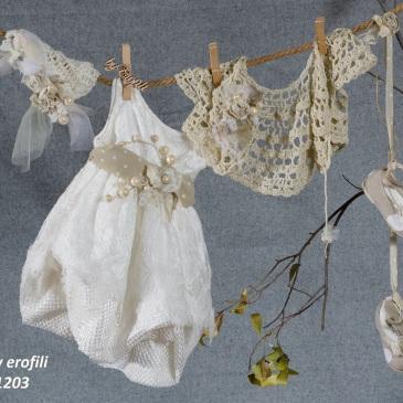 Ένα πλουσιότατο βαφτιστικό σύνολο για κορίτσι σε μπεζ και λευκό που περιλαμβάνει: Φόρεμα (φόδρα από 100% βαμβάκι) λευκό με συνδυασμό από δαντέλες, πουά ζώνη με υφασμάτινο λουλούδι και κόσμημα και φούστα μπαλούν Πλεκτό καπελάκι με χειροποίητα λουλούδια Μπολερό μπεζ πλεγμένο στο χέρι με βελονάκι Παπουτσάκια μπαλαρίνες Για τις εκλεπτυσμένες κοκέτες!