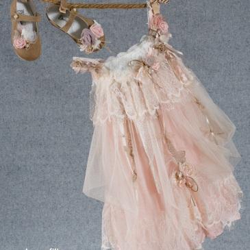 να boho chic βαφτιστικό σύνολο για κορίτσι σε τόνους του ροζ που περιλαμβάνει: Φόρεμα (φόδρα από 100% βαμβάκι) ροζ με συνδυασμό από δαντέλες, τούλι και υαφασμάτινα λουλούδια, Πλεκτό καπελάκι ή στεφανάκι ασορτί Παπουτσάκια μπαλαρίνες Για τις γοητευτικές μικρές αρχόντισσες!